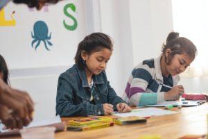 pexels niños estudiando 28 octubre 2020 De la escuela al hogar, aprendizaje de niñas y niños desde casa