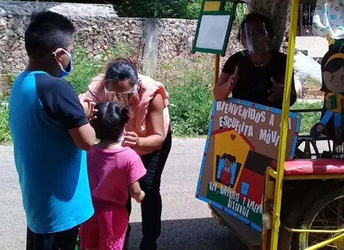 Maestras de Yucatán dan clases desde motoneta