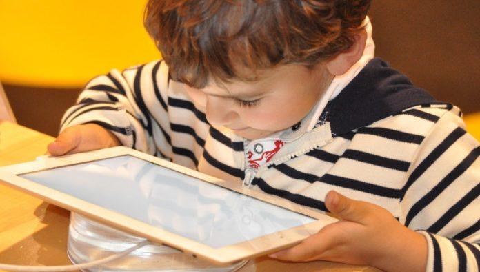 Consejos para evitar rezago social en niños durante aislamiento