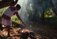 Rosalía cocinando cochinita pibil
