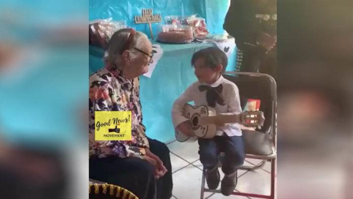 Niño que canta Recuérdame a su abuelita y se hace viral