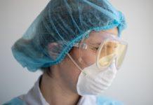 Enfermera acusa a médico de infectarla de COVID-19