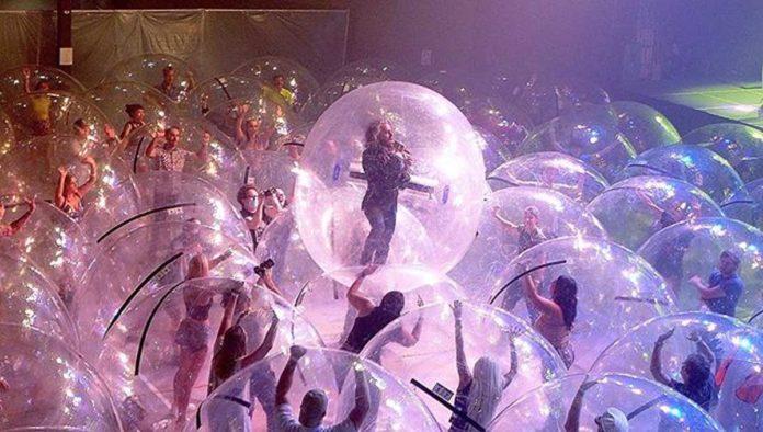 The Flaming Lips da concierto adentro de burbujas