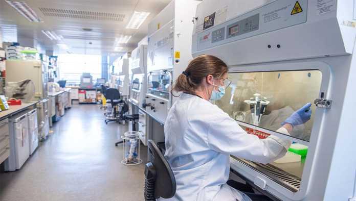 AstraZeneca reconoce error en pruebas de vacuna COVID-19