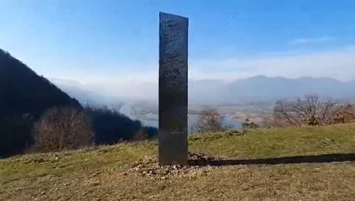 Aparece otro monolito de metal pero ahora en Rumanía
