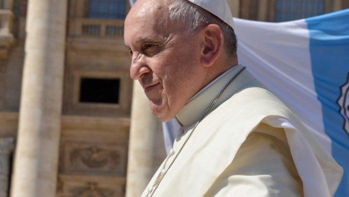 Cuenta de Papa Francisco le da like a modelo en Instagram