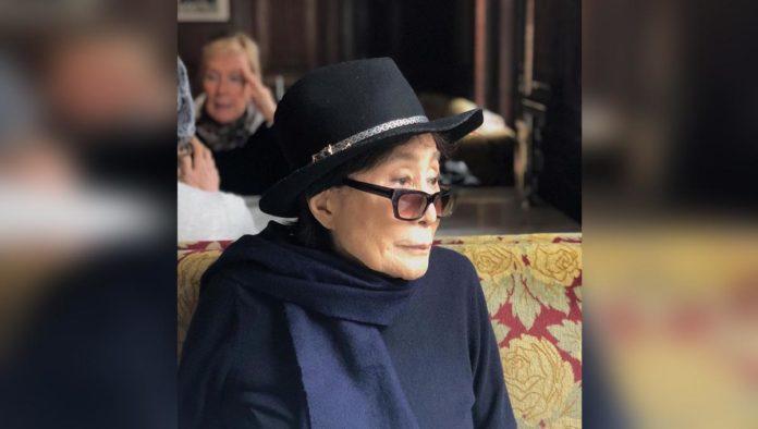 Por enfermedad, Yoko Ono cede control de la fortuna de Lennon a su hijo
