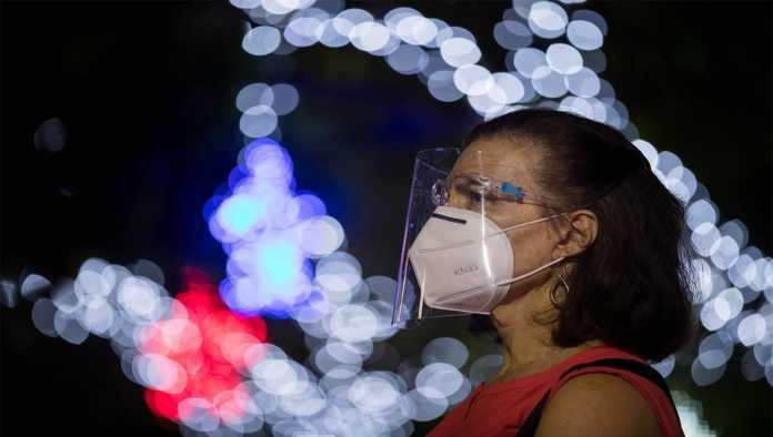 Mujer usa cubrebocas ante la falta de anticuerpos COVID-19