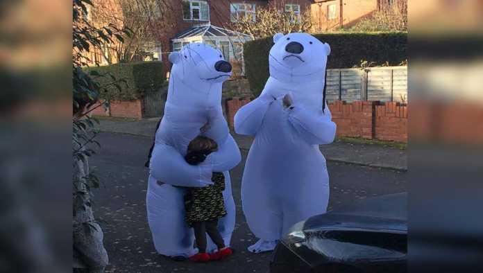 Abuelos se disfrazan de osos polares