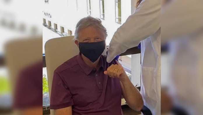 Bill Gates recibe la primera dosis de la vacuna contra COVID-19