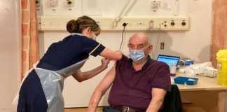 Brian Pinkier, primero en recibir vacuna de AstraZeneca