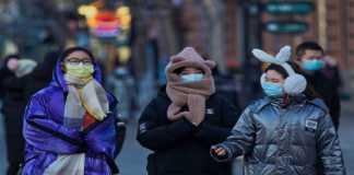 Personas en China cuidándose del COVID-19