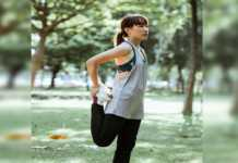 Una mujer calienta para hacer ejercicios de pierna