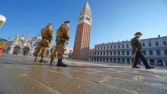 Militares resguardan una plaza en Italia