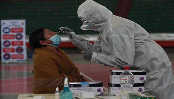Médico realiza prueba para detectar COVID-19