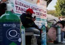 Persona en CDMX espera relleno de tanques de oxígeno