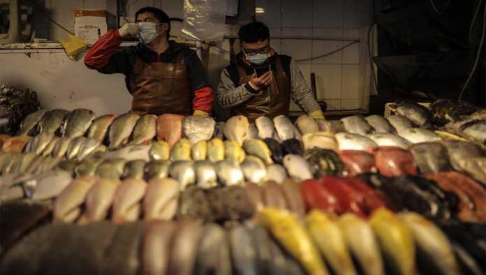 Mercado de China donde se protegen del COVID-19