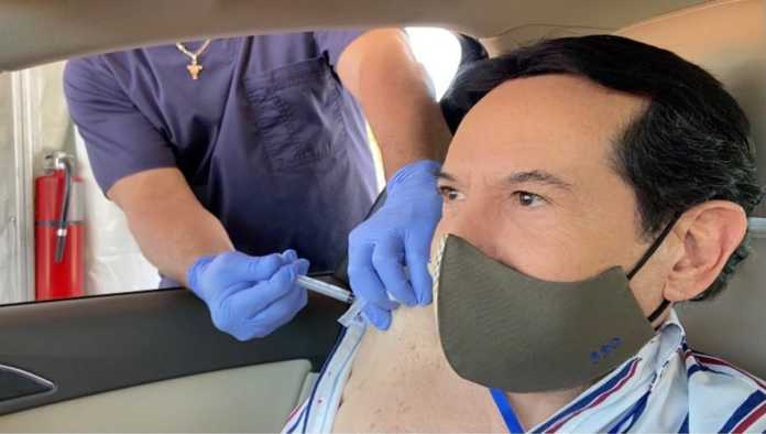 Pepillo Origel presume vacuna contra COVID-19 ¡y luego borra fotografía!