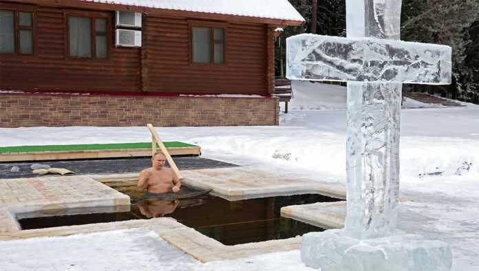 ¿Cuál frío? Putin se sumerge en aguas heladas