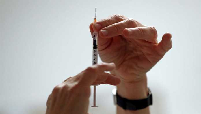 Médica con reacción adversa a vacuna de Pfizer mejora favorablemente