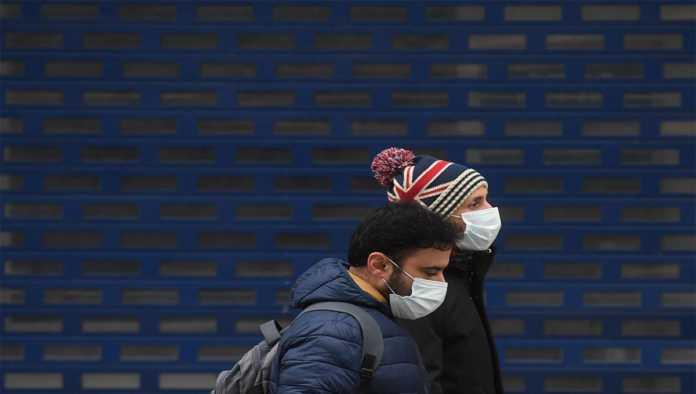 Personas caminan por Reino Unido