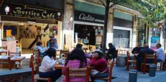 Uno de los restaurantes al aire libre