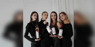 Anna Sarelly con uno de sus vinos Historias Líquidas