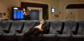 Hombre en aeropuerto de Wuhan