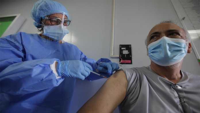 Aplican a anciano vacuna de Pfizer