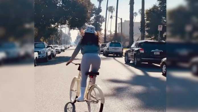 Eiza González en bicicleta