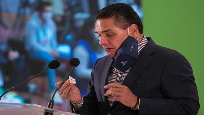 Silvano Aureoles sufre hemorragia nasal en conferencia; asegura que es secuela del Covid-19