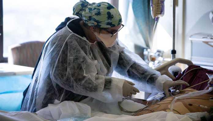 Médico atiende a paciente de Covid-19