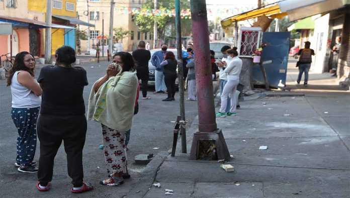 Personas que salieron por la alerta sísmica