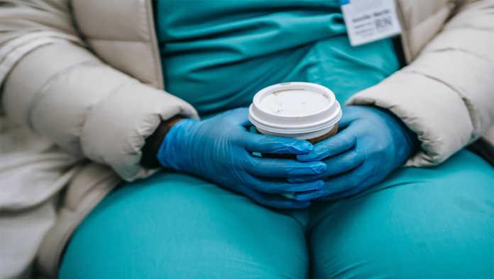 Enfermera con un vaso de café