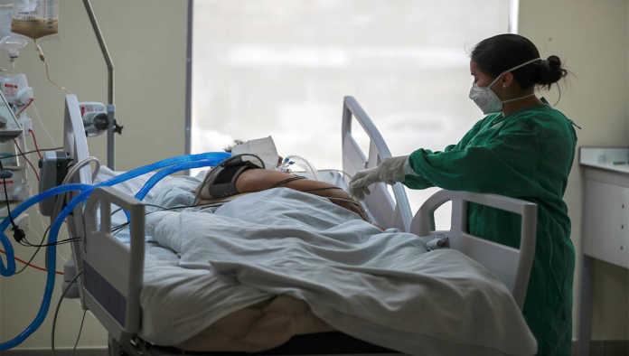 Una persona en el hospital tratada por COVID-19