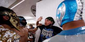 Luchadores reparten cubrebocas en el Metro de la CDMX