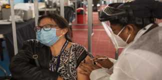 Una mujer vacunándose contra Covid-19