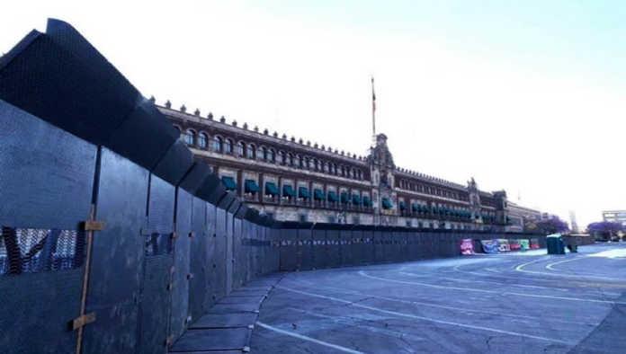 Palacio Nacional se blinda con vallas a días de la protesta del 8M