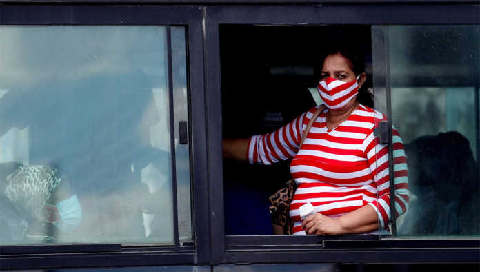 Mujer que se protege de la pandemia de Covid-19