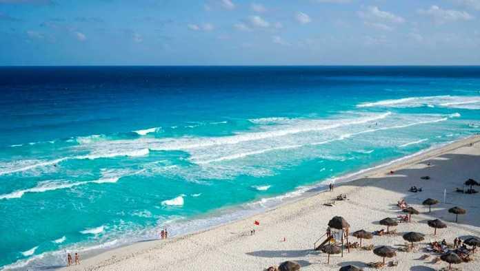 Turistas comienzan a arribar a playas mexicanas, pese a temor a tercera ola de contagios de Covid-19