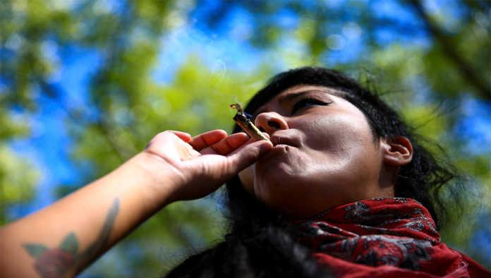 Mujer fuma marihuana