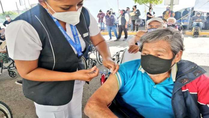 Vacunación a adultos mayores en el Edomex