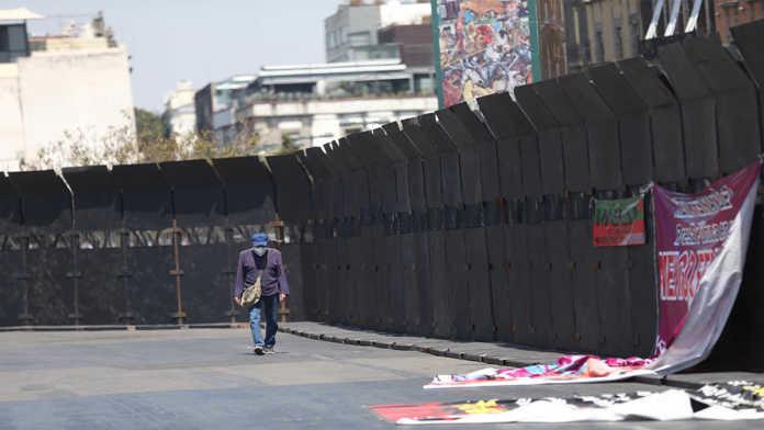 """Vallas en Palacio Nacional son """"muro de paz"""" para """"proteger a mujeres"""", dice gobierno federal"""