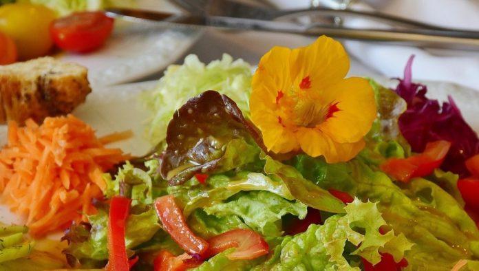 Prepara estos deliciosos aderezos en casa para tus ensaladas