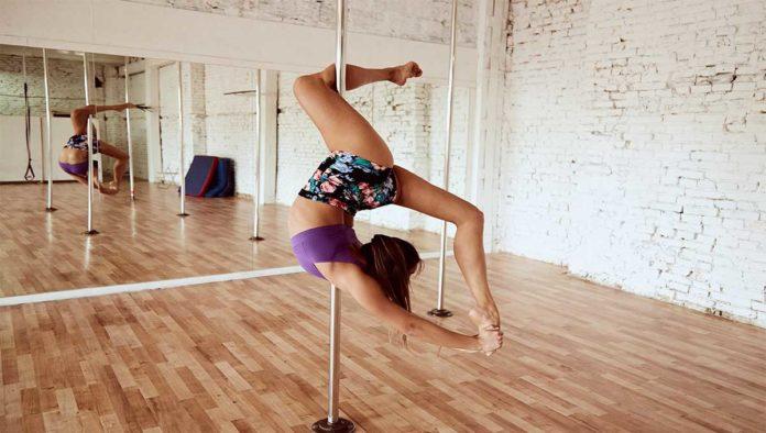 Mujer baila pole dance