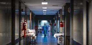 Médicos que atienden pacientes con COVID-19