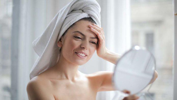 Mujer cuida su piel