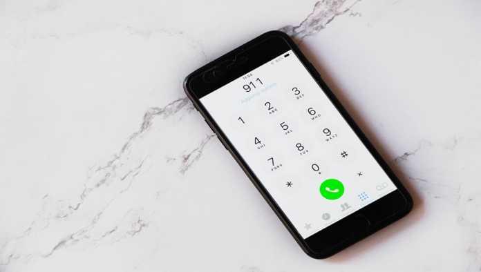 Un teléfono marca al servicio de emergencia