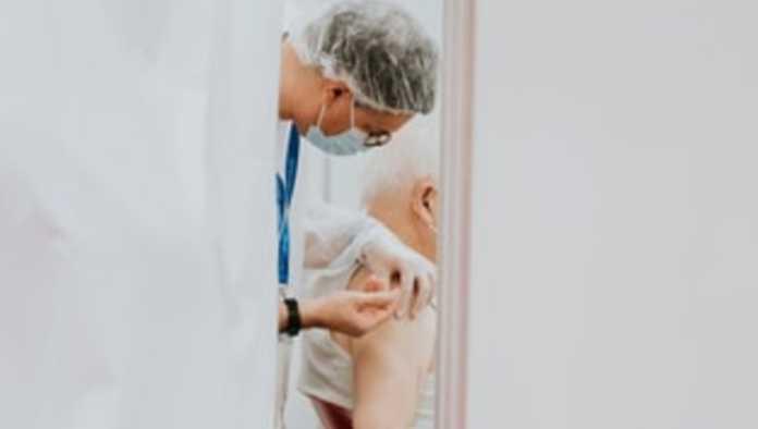 Director de IMSS vacuna a su hijo