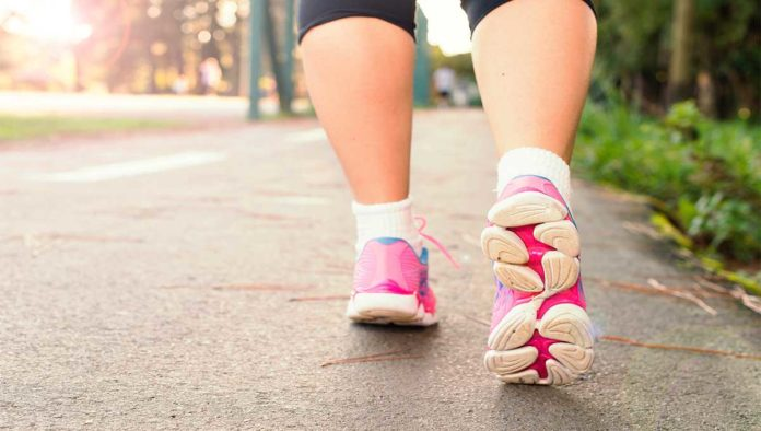 Mujer que hace ejercicio al aire libre